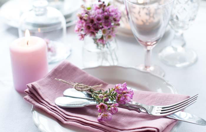 Minek alapján ültessük vendégeinket az esküvői asztalhoz